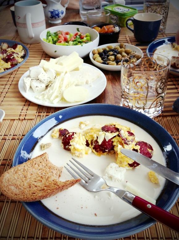 Türk Kahvalti – Turkisch breakfast: Sucuk, scrambled eggs, lots of cheese, olives and honey. // Türkisches Frühstück: Sucuk, Rührrei, viel Käse, Oliven und Honig.