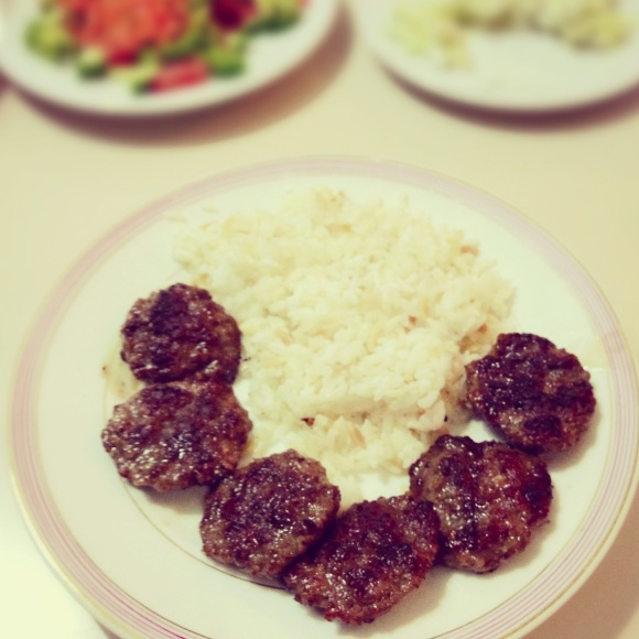 Köfte ve pilav – Meat balls with rice and salad. Simple but delicious. // Buletten mit Reis und Salat. So lecker, dass es keiner Soße bedarf.