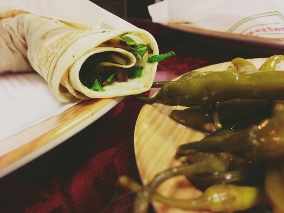 Tantuni – Pita bread filled with meat and spices, served with lemon and hot pickled peppers. //  Mit Fleisch und Gewürzen gefüllter Fladen, serviert mit Zitrone und scharfen Pepperoni.