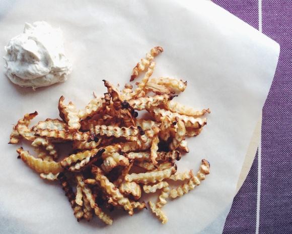 Spicy celery root fries with oriental yoghurt dip // Würzige Sellerie-Pommes mit orientalischem Joghurt-Dip